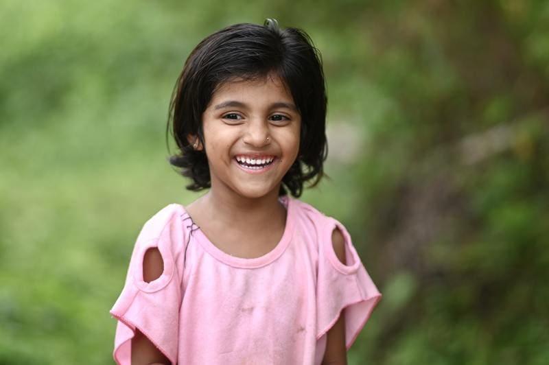 笑顔で微笑む女の子